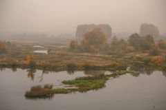 Nebelhafter Herbsttag auf der Flussbank Lizenzfreie Stockbilder