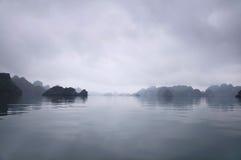 Nebelhafter Horizont, Halong Schacht, Vietnam stockbilder