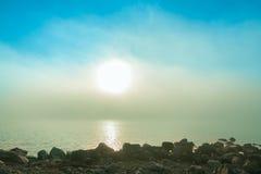 nebelhafter Morgen über einem See Lizenzfreies Stockbild