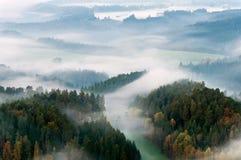 Nebelhafter Morgen Stockfoto