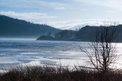 Nebelhafter Morgen auf dem See Stockbilder