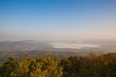 Nebelhafter Morgen in den zentralen böhmischen Hochländern, Tschechische Republik lizenzfreie stockfotos