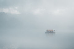Nebelhafter Morgen durch den See Stockfotografie