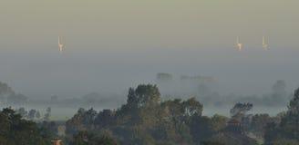 nebelhafter Morgen mit Windenergie  Stockfoto