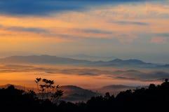 Nebelhafter Morgen am Panorama-Hügel. Lizenzfreies Stockbild