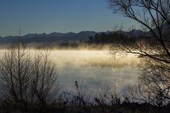 Nebelhafter Morgen See Tekapo Stockfotografie