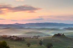 Nebelhafter Morgen in Toskana Lizenzfreie Stockfotos