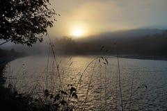 Nebelhafter Morgensonnenaufgang auf dem Fluss Garonne Lizenzfreie Stockfotografie