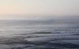 Nebelhafter Ozean morgens Stockfoto