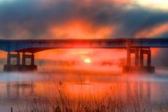 Nebelhafter roter Sonnenaufgang Stockfoto