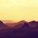 Nebelhafter schwermütiger Morgen Ansicht über Suppengrün zum tiefen Tal voll der schweren Nebel Herbstlandschaft innerhalb des Ta Lizenzfreie Stockbilder
