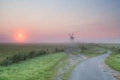 Nebelhafter Sommersonnenaufgang über niederländischem Ackerland Stockfoto