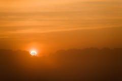 Nebelhafter Sonnenaufgang Stockfoto
