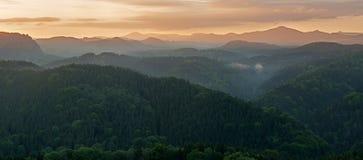 Nebelhafter Sonnenaufgang Lizenzfreie Stockfotografie