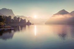 Nebelhafter Sonnenaufgang auf Grundlsee See Lizenzfreie Stockfotos