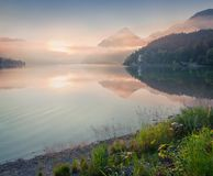 Nebelhafter Sonnenaufgang auf Grundlsee See Stockbild