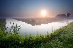 Nebelhafter Sonnenaufgang auf niederländischem Ackerland Lizenzfreie Stockfotos