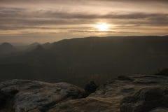 Nebelhafter Sonnenaufgang im Felsenreichpark Scharfe Felsen erhöht vom nebeligen Hintergrund Stockfotografie