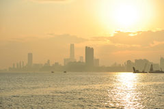 Nebelhafter Sonnenuntergang in Kowloon, Hong Kong Stockfotos