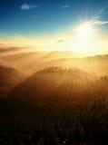 Nebelhafter Tagesanbruch in schöne Hügel Abstufung von bunten Wolken Lizenzfreie Stockfotografie