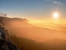 Nebelhafter Tagesanbruch in schöne Hügel Abstufung von bunten Wolken Stockfoto