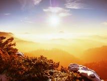 Nebelhafter Tagesanbruch in schöne Hügel Abstufung von bunten Wolken Stockbilder