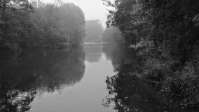 Nebelhafter teme Fluss Lizenzfreie Stockfotografie