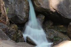 Nebelhafter Wasserfall Lizenzfreie Stockbilder