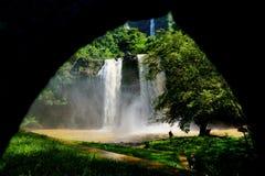 Nebelhafter Wasserfall gefangen genommen bei der Gestaltung stockbilder