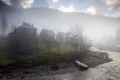 Nebelhaftes Dorf Stockfoto
