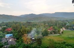 Nebelhaftes Dorf im Bergblick Stockbild