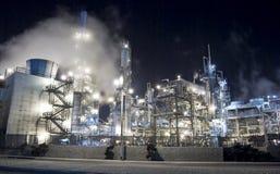 Nebelhaftes Glühen der Erdölraffinerie Stockfotografie