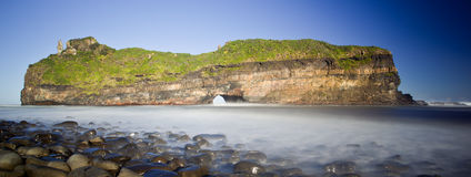 Nebelhaftes Meer und Felsen Lizenzfreies Stockfoto