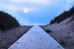 Nebelhaftes Meer und zwei Schattenbilder von Yachten Ein Fußgängerweg wird auf das Wasser verwiesen stockbild
