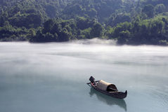 Nebelhaftes Morgenboot Stockfotografie
