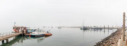 Nebelhaftes Panorama des Yachthafens in der Walfischbucht Lizenzfreies Stockbild