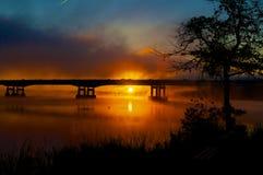 Nebelhaftes rotes Sonnenaufgang-Schattenbild Stockfotos