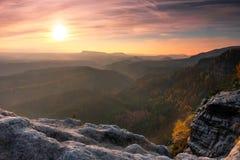 Nebelhaftes Tal des Herbstes voll der Morgennebelansicht durch Niederlassungen Nebeliger und nebelhafter Tagesanbruch auf dem San Lizenzfreie Stockfotografie