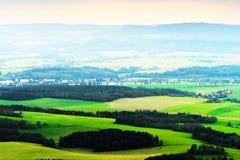Nebelhaftes Tal von Broumovsko in der Tschechischen Republik mit Feldern und grünen Wiesen Szenische malerische Landschaftslandsc Lizenzfreies Stockbild