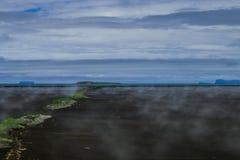 Nebelhaftes Ufer in Nord-Island lizenzfreie stockbilder