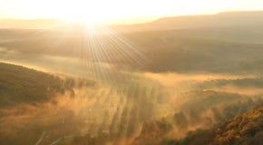 Nebelhaftes valey bei Sonnenuntergang Stockfotos