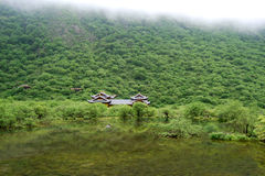 Nebelhaftes Wetter, Berge und der Tempel Stockfotografie