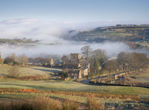 Nebelhaftes Yorkshire-Taldorf Stockfotos