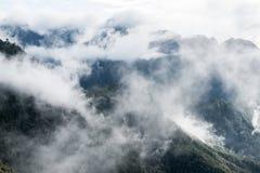 Nebelig auf Gebirgszug in sonnigem lizenzfreies stockbild