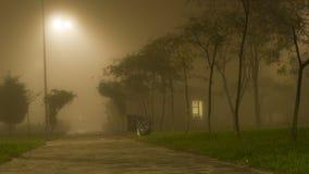 Nebelig ob am Nachtkleinen Haus Lizenzfreie Stockfotos