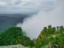 Nebelig oder Nebel zwischen dem Berg auf Berg Khao Luang in Nationalpark Ramkhamhaeng lizenzfreie stockbilder