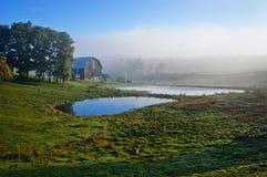 Nebelige Ackerland-Landschaft Lizenzfreie Stockbilder