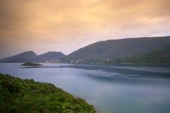Nebelige adriatische Küste Stockfotografie