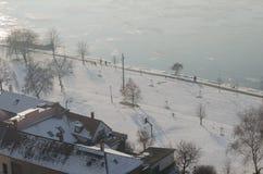 Nebelige Ansicht über den Damm und den Fluss Donau in Esztergom Stockfotografie