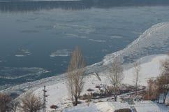 Nebelige Ansicht über den Damm und den Fluss Donau in Esztergom Lizenzfreie Stockbilder